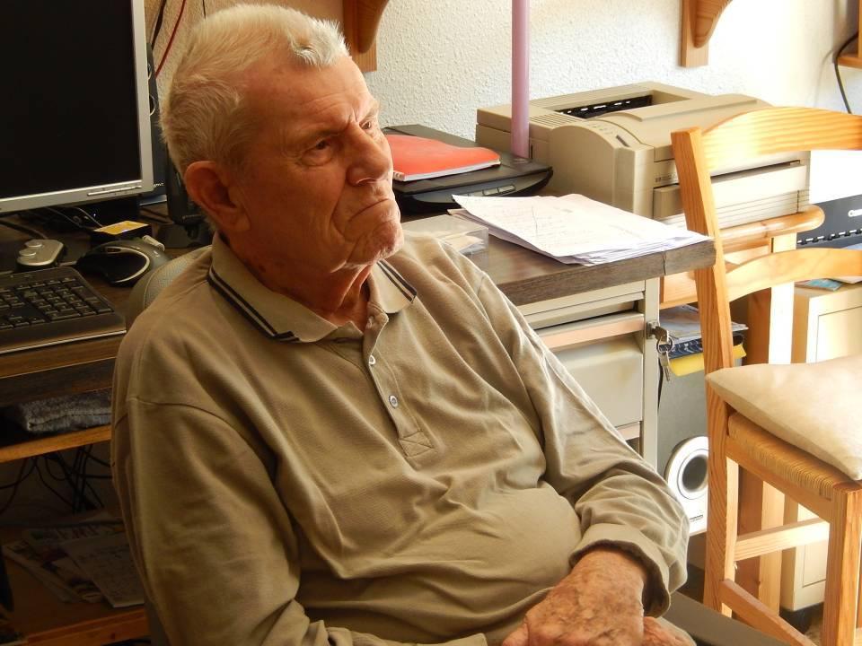 René Guillermin dans son studio de Passy-Flore écoute son histoire racontée par Pierre Dupraz (cliché Bernard Théry, 12 avril 2015)