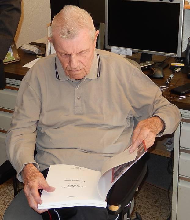 René Guillermin reçoit un livre de Michel Germain (cliché Bernard Théry, 12 avril 2015)