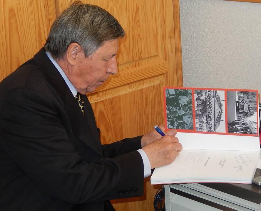 Pierre Dupraz dédicace le livre offert à René Guillemin (cliché Bernard Théry, 12 avril 2015)