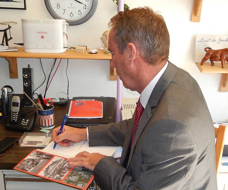 Patrick Kollibay, maire de Passy, dédicace le livre offert à René Guillemin (cliché Bernard Théry, 12 avril 2015)