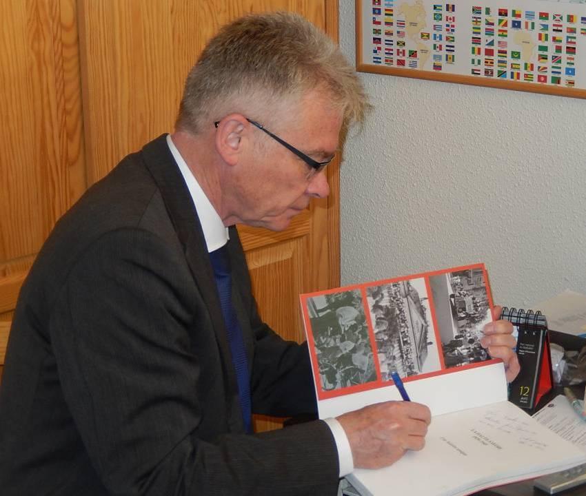Jean-Marc Peillex, Conseiller départemental, dédicace le livre offert à René Guillemin (cliché Bernard Théry, 12 avril 2015)