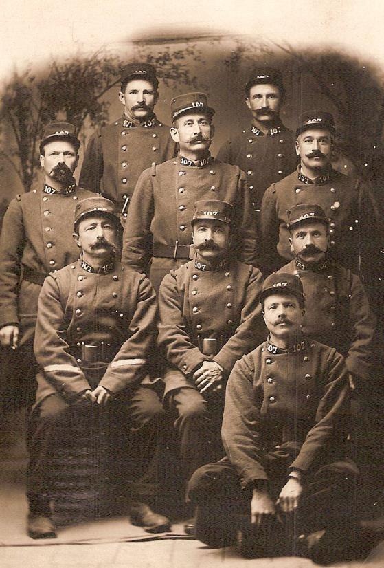 Emile Métral et des soldats du 107e Rgt d'Infanterie territoriale en décembre 1914 ; la photo montre le numéro en chiffres blancs au collet (Doc. Michelle Filippin, Passy)
