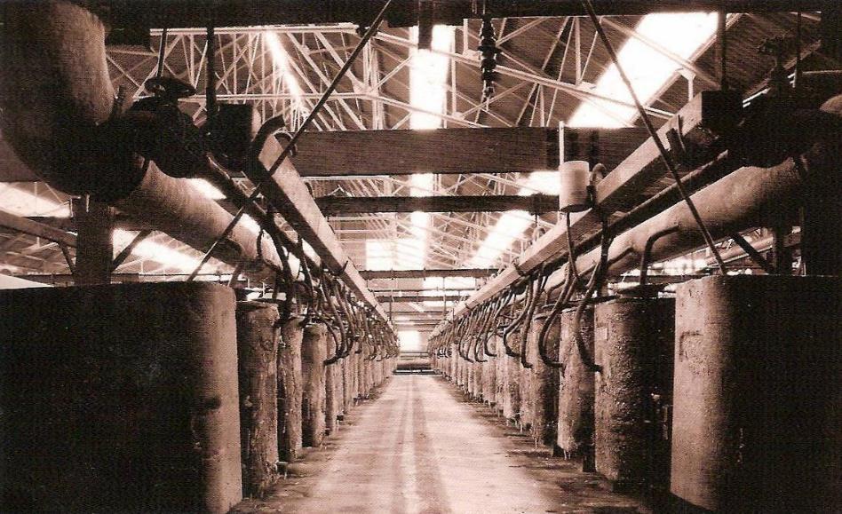 Les cuves à électrolyse de l'usine de Chedde (Pierre Dupraz, Traditions et évolution de Passy, p. 108 ; doc. Mémoire de l'Usine de Chedde)