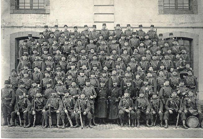La 12e compagnie du 1er R.I. en 1911, casernée à Cambrai (Wikipedia, art. 1er R.I.)