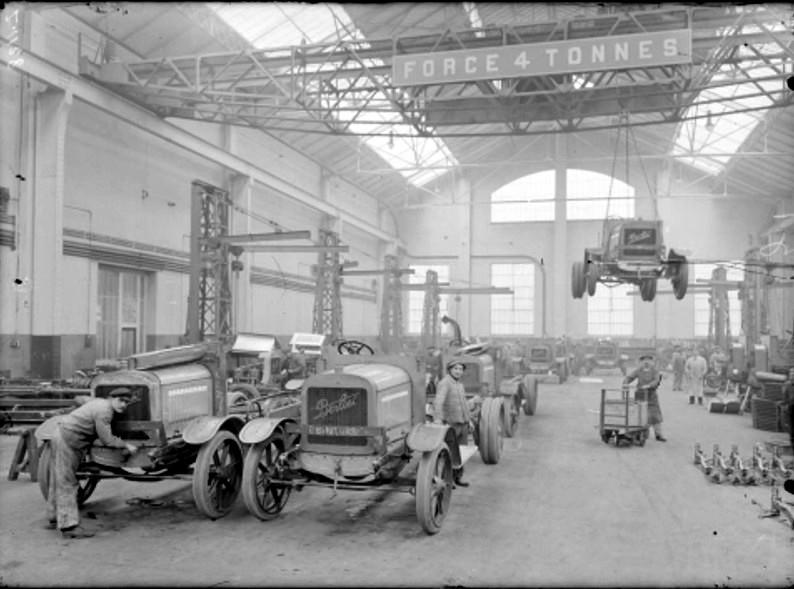 : Lyon, chaîne de montage aux usines Berliet, janvier 1916 (site centenaire.org)