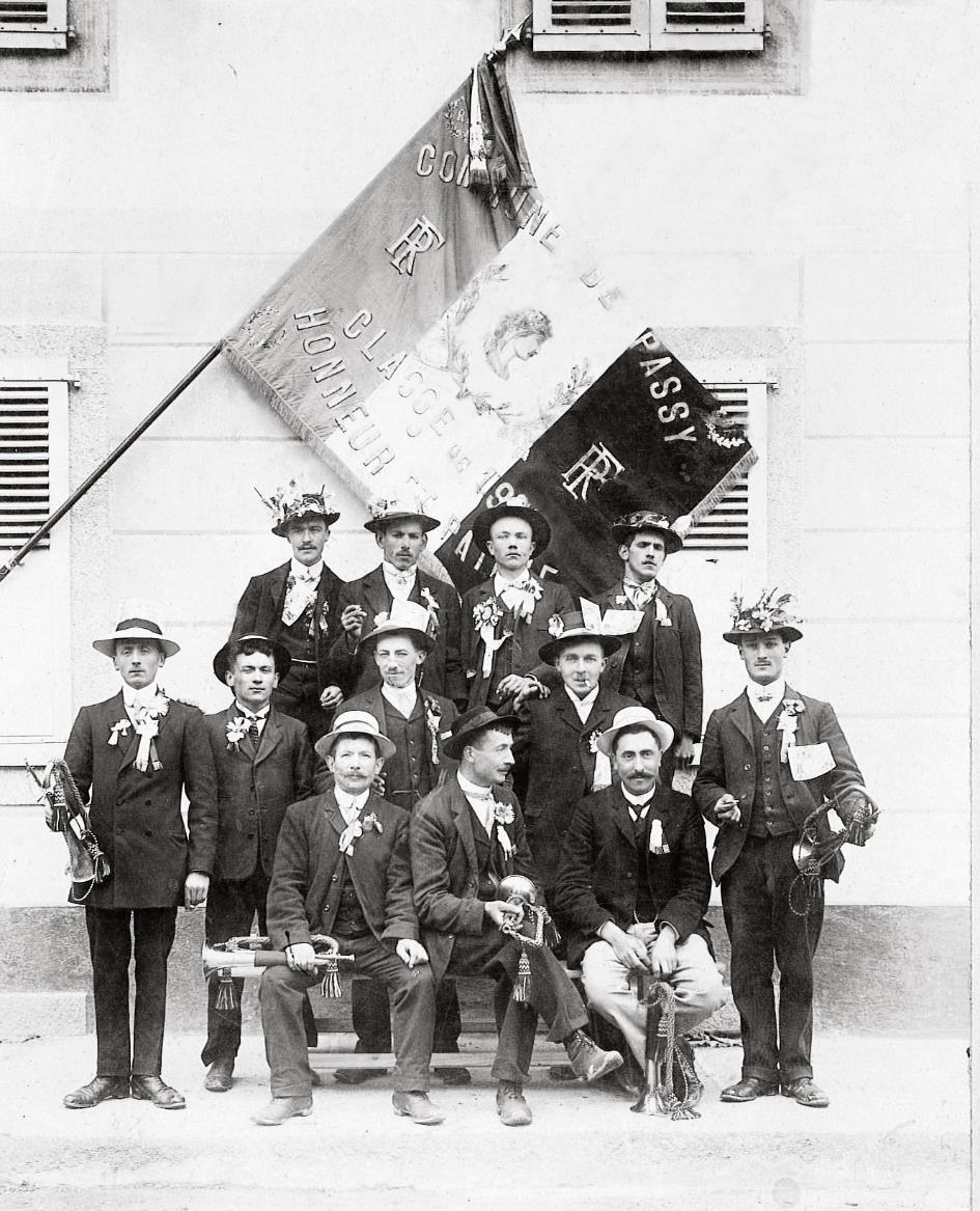 Léon Million et les conscrits de Passy, classe 1911 ; Léon Million est le 3e en haut en partant de la gauche (Doc. famille Burnier-Framboret)