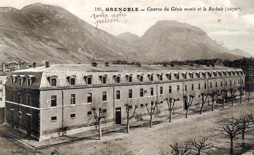 Carte postale de Grenoble Caserne du Génie monté et le Rachais (1070m), avec la mention « Voilà notre prison » (doc. Famille Devillaz)