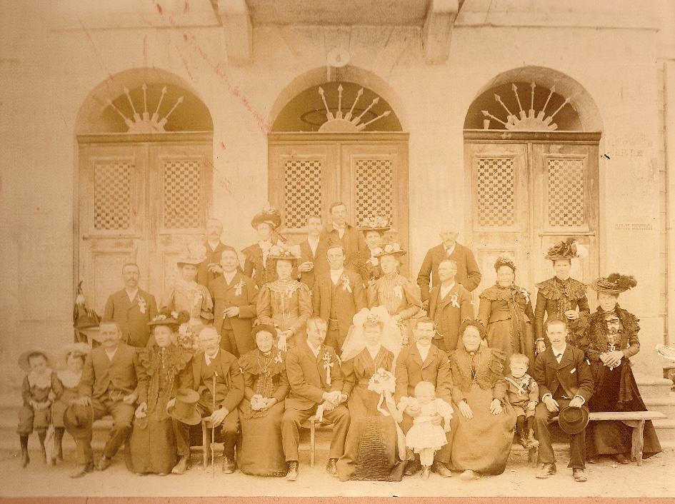 Photo du mariage de Félix Fivel-Démoret et Marie Aline devant la mairie de Passy (Doc. Claude Bibollet)