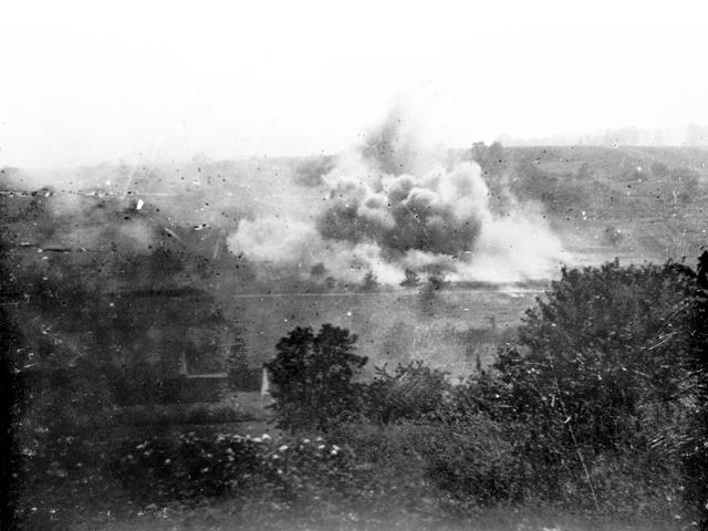 Barrage d'artillerie de l'armée allemande lors d'une attaque sur la côte 204 près de Château Thierry, Aisne, France, vers 1918. [AWM H04425] (Site Les Australiens sur le front occidental 1914-1918)