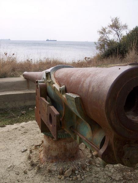 Un des canons Krupp de la batterie de Dardanos qui a durement endommagé le « Bouvet » (site pages14-18.mesdiscussions.net, sujet 1251)