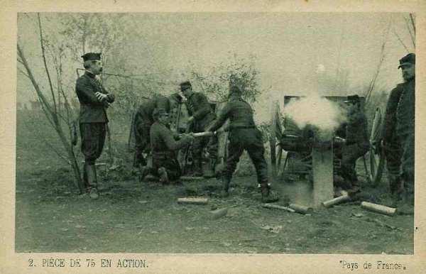 Pièce de 75 en action : à gauche le caisson contenant les obus ; les différents servants de la pièce (source Internet)