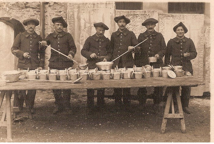 Carte envoyée par Félix Fivel-Demoret aux Juillards à son épouse Aline, depuis le camp de La Valbonne*, le 2 juin (1912 ?) pendant son service militaire. Le caporal Fivel-Démoret du 22e, à gauche, avec des chasseurs du 11e (Doc. Claude Bibollet)