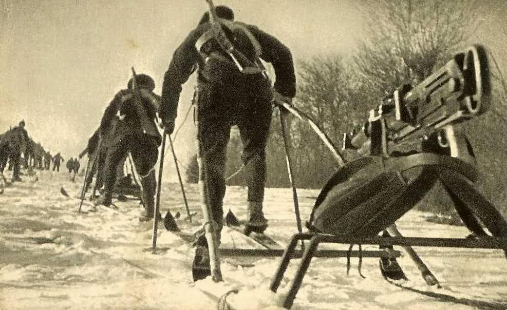 Mitrailleuse Hotchkiss sur traineau tiré et chasseurs skieurs (Site guerre-musique)