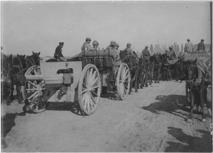 Départ des troupes françaises de Salonique pour le front serbe (5-7 novembre 1915). Sur la route du camp : Artillerie (site culture.gouv.fr)