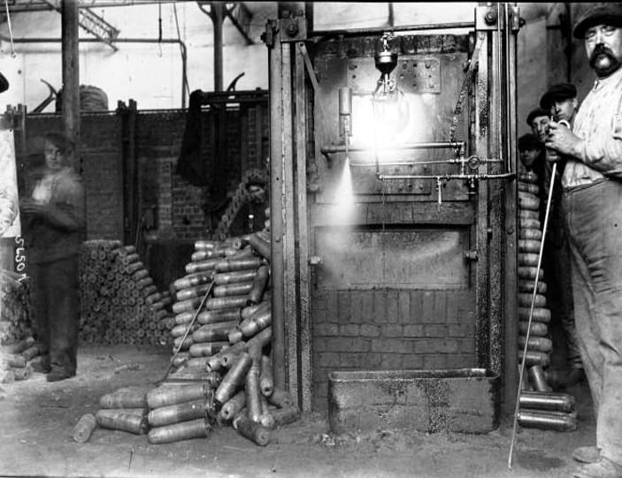 La fabrication des obus de 75 à l'usine Darracq de Suresnes (Source site Gallica.bnf)