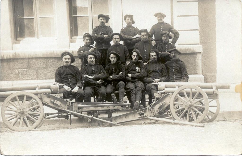 Soldats du 1er Rgt d'artillerie de montagne de Grenoble posant devant leurs canons de 65 mm juste avant guerre (site pages14-18)