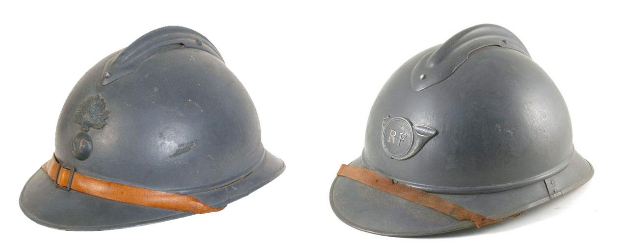 Casques Adrian, 1915. A gauche : casque de l'infanterie ; à droite : casque des chasseurs à pieds. Phot. © Galerie de Chartres (site inventaire-rra)
