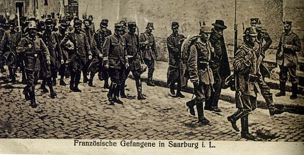 Prisonniers français traversant Sarrebourg en août 1914 (site artois1418.skyrock)