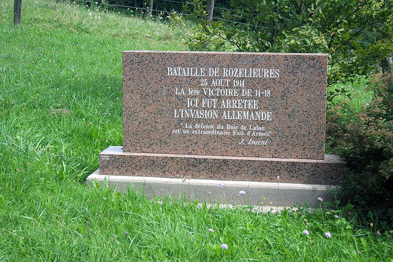 """Monument commémoratif à Rozelieures (54) """"Bataille de Rozelieures - 25 août 1914 - La 1ère victoire de 14-18 - """" Ici fut arrêtée l'invasion allemande """" - """" La défense du Bois de Lalau est un extraordinaire Fait d'Armes """" - J.Isorni"""