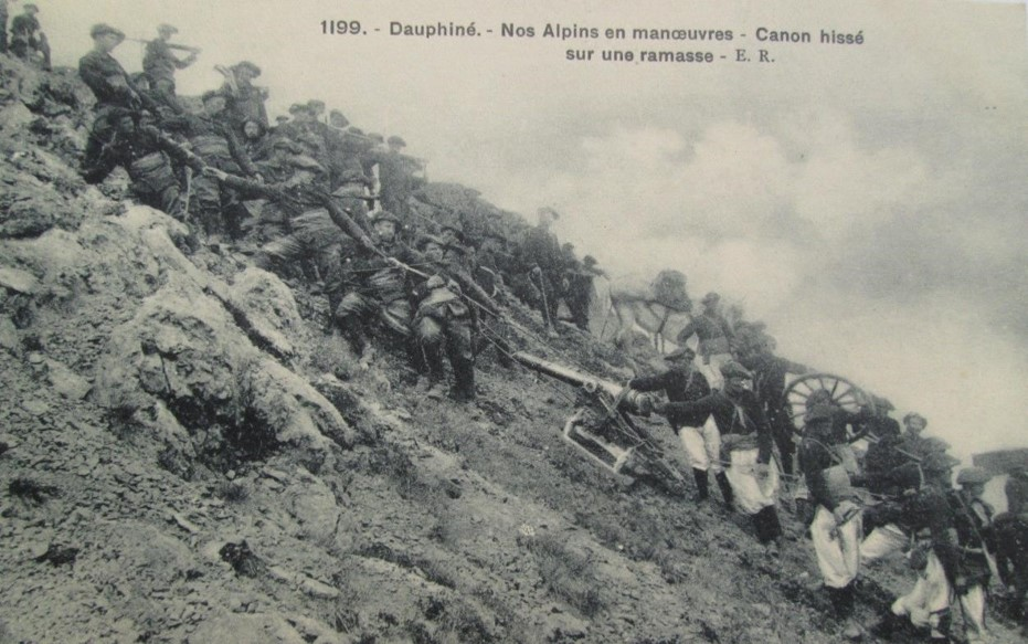 Dauphiné. Alpins en manœuvre. Canon hissé sur une ramasse (Cliché E.R. ; en vente sur Internet)