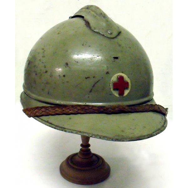 Attribut du casque Adrian des infirmiers : croix rouge (site lepoilu-paris.com)