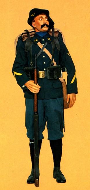 Mannequin portant l'uniforme d'un chasseur du 12e Bataillon de Chasseurs Alpins (Site hervedavid les uniformes de la grande guerre)