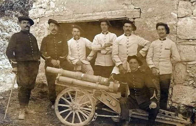 Chasseurs alpins et leur « 65 » : on mesure la taille du canon grâce à la présence des chasseurs (Site remiremontmilitaire)