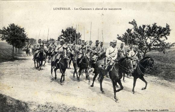 Lunéville. Le 1° Escadron du 17° Chasseurs à cheval en 1914, le Capitaine Corrard des Essarts à sa tête. (site histoiresdenosfamilles)