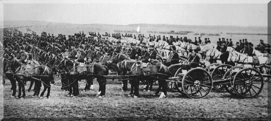 Six chevaux pour tracter un canon. Une vue impressionnante de pièces de 90 de Bange avec leurs attelages. Le manque de chevaux, malgré les réquisitions, puis le manque de fourrage, contraindront à motoriser un nombre croissant d'unités. (site net4war)