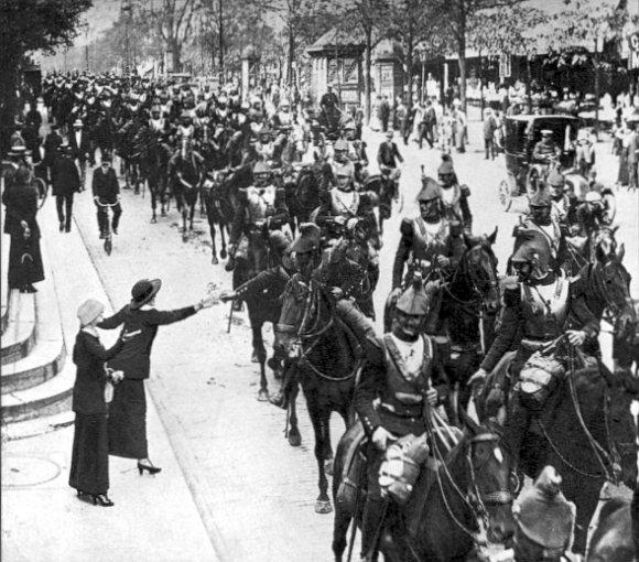Défilé de cuirassiers français à Paris en août 1914 (Wikipedia, art. « Mobilisation française en 1914 »)