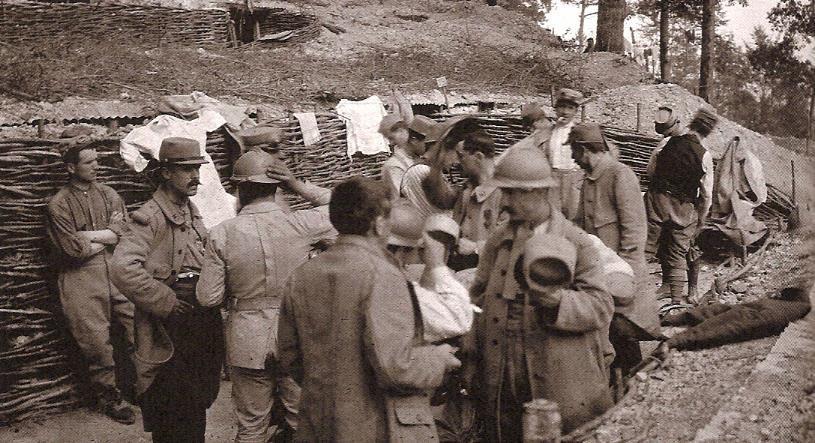 Le 26 août 1915, essayage des casques (photo Louis Viguier, Journal de marche d'un biffin, p. 160)