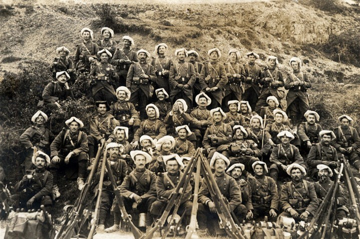 Un groupe du 157e RIA avec la housse blanche sur le béret (Site alpins.fr)