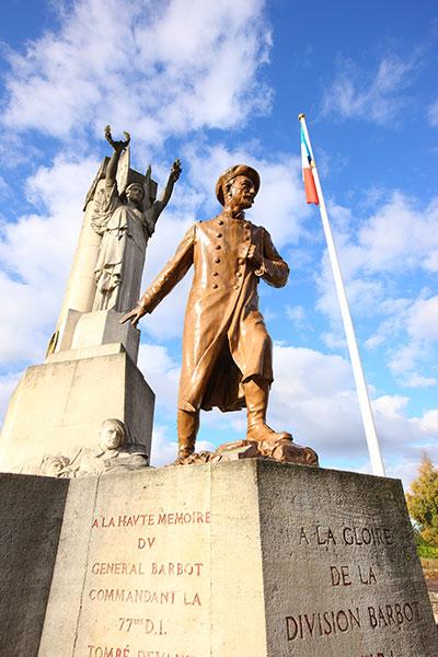 Monument à la gloire de la Division barbot-Souchez (site cheminsdememoire-nordpasdecalais)