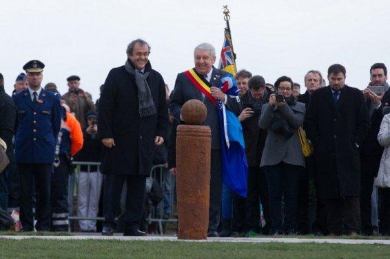 Michel Platini inaugure une stèle qui rappelle la tenue d'un match de football entre soldats anglais et allemands