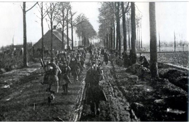 Relève près d'Ypres en décembre 1914, d'après la revue Tranchées (site vivelerct.wordpress.com)