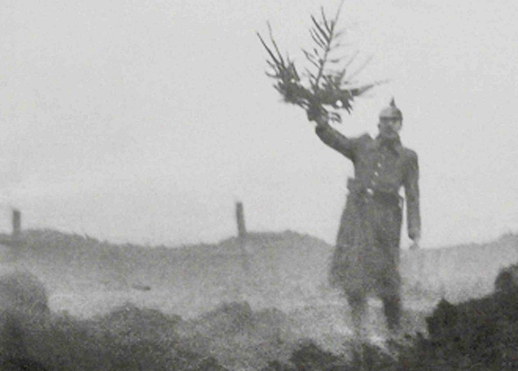 Soldat allemand brandissant un sapin de Noël (Site ladepeche.fr)