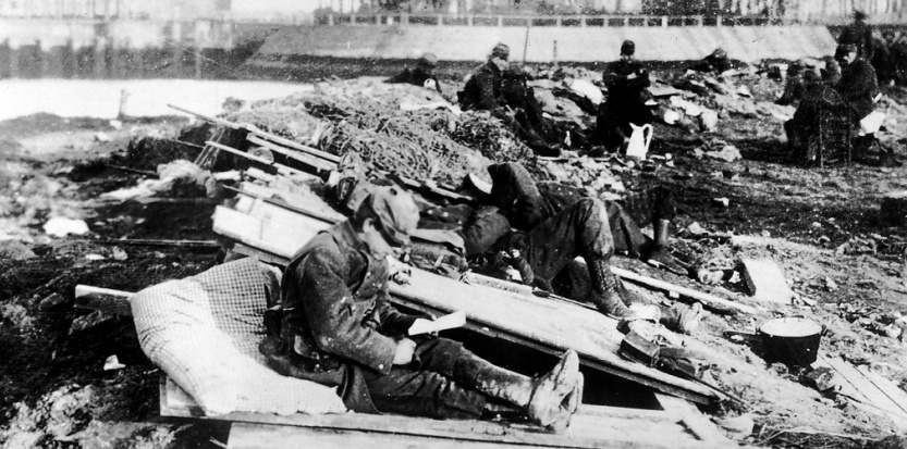 Soldats français lisant ou dormant au cours d'une trêve dans les tranchées situées dans les Flandres. (site bibliobs.nouvelobs.com)