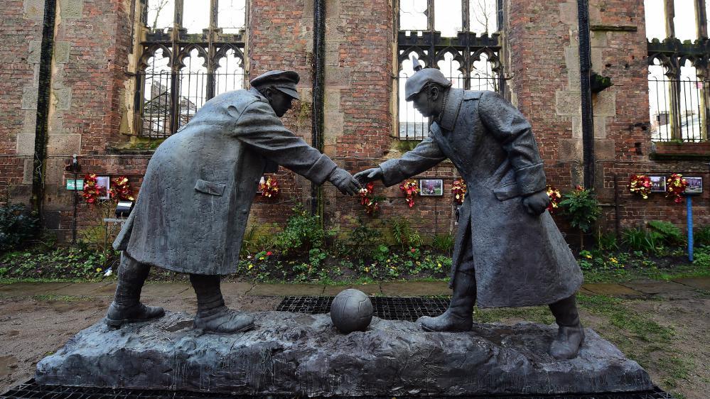 """Une statue représentant la """"Christmas Truce"""", la trêve de Noël 1914, érigée devant une église en ruine de Liverpool (Royaume-Uni), le 15 décembre 2014, PAUL ELLIS / AFP (Site francetvinfo)"""