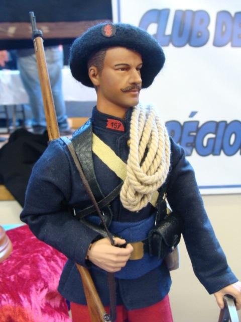 Mannequin d'un soldat du RIA qui se distingue par la grenade garance (site diables-bleus-du-30e.actiforum)
