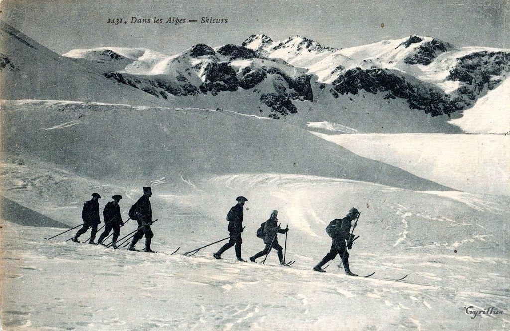 """Dans les Alpes – Skieurs, Collection """"La Plus Belle"""". F de Migieu, éditeur, Chambéry - N°2431 (site cparama.com)"""