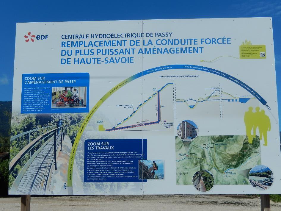 Panneau d'information EDF à Marlioz : Remplacement de la conduite forcée de la centrale hydroélectrique de Passy (cliché Bernard Théry, août 2014)