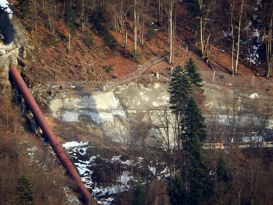 Aménagement de la plate-forme ; la tête de puits se trouve au niveau des sapins (vu du Perrey, cliché Bernard Théry, début mars 2015)