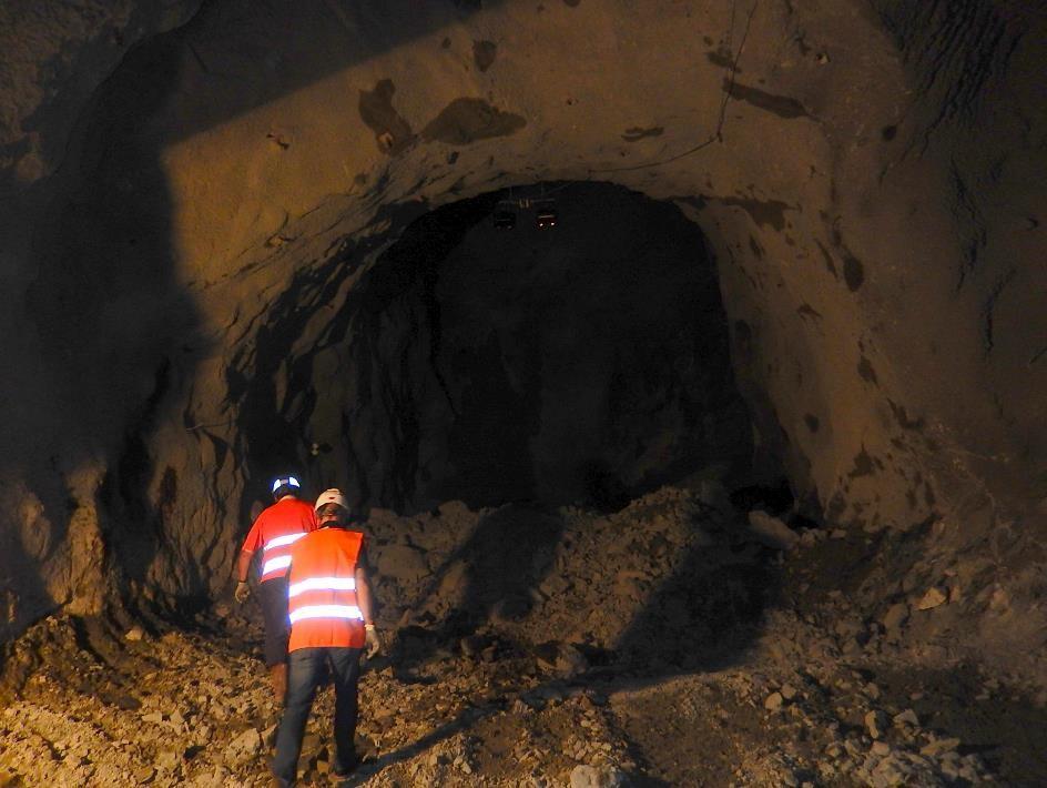Au bout de la galerie, la « caverne » où viendra se loger d'abord la machine qui va creuser le puits de bas en haut, puis le coude de la conduite (cliché Bernard Théry, 26 juin 2015)
