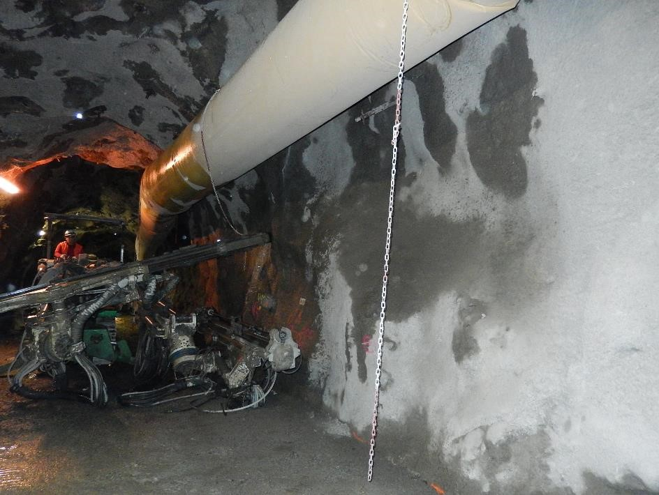 Un atelier dans la galerie : forage pour la pose d'une barre métallique (boulon) de 3 m (cliché Bernard Théry, 26 juin 2015)