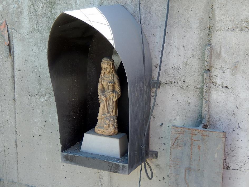 Statue de sainte Barbe, patronne des mineurs et sapeurs, à l'entrée du tunnel (cliché Bernard Théry, 26 juin 2015)