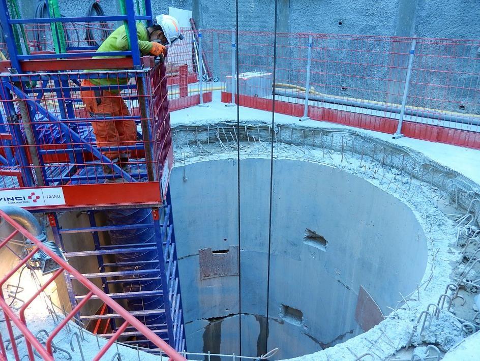 La tête de puits ; les câbles de la grue descendent le béton au niveau atteint ce jour-là (cliché Bernard Théry, 26 juin 2015)