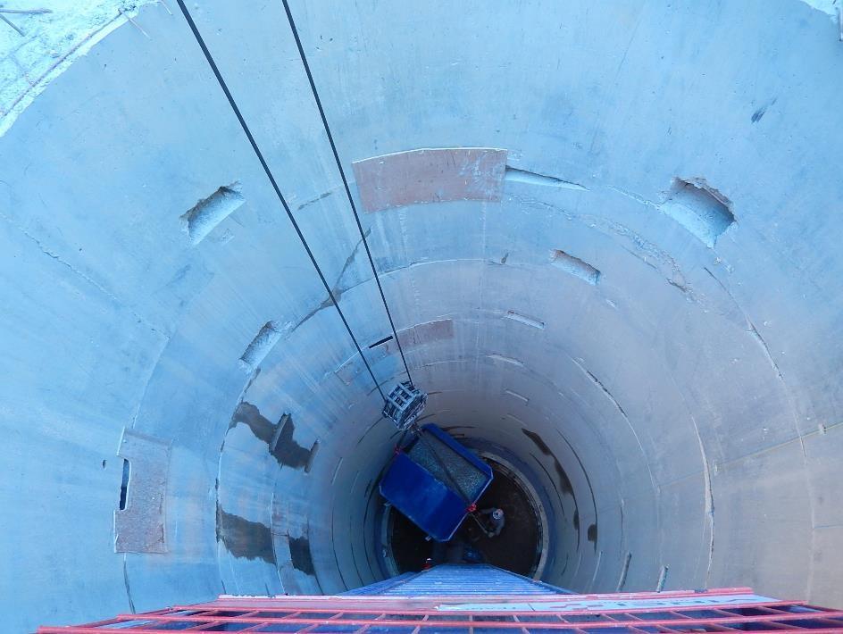 Le béton est arrivé au bas du puits en cours de percement (cliché Bernard Théry, 26 juin 2015)