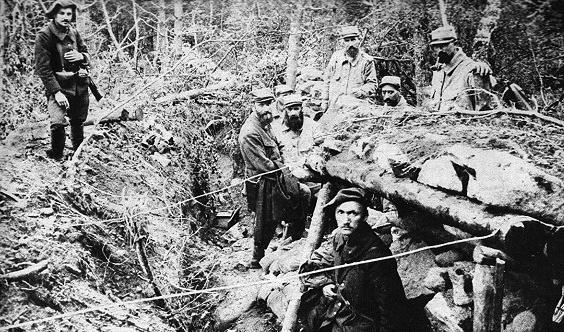 Nos soldats photographiés sur le terrain pris aux Allemands à Metzeral (site grande.guerre.pagesperso-orange.fr)
