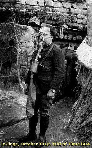 Chasseur alpin portant un masque à gaz, le Linge, octobre 1915 (site pierreswesternfront.punt.nl)