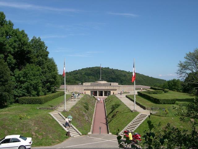 Crypte du Mémorial national du Vieil Armand (Wikipedia, art. Hartmannswillerkopf )
